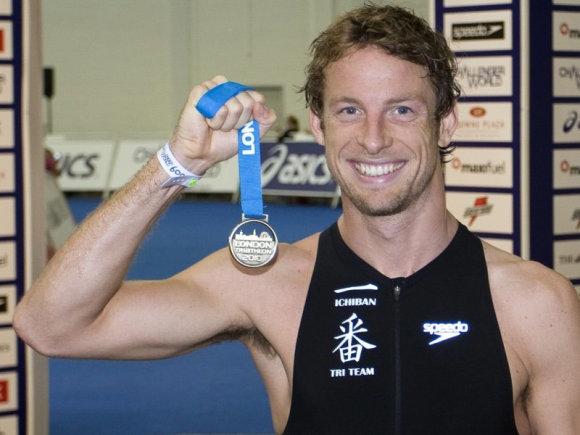 Дженсон Баттон, чемпион мира Ф1, очень любит бегать, плавать и прыгать. И медали у него есть, не одними кубками живет Дженсон.