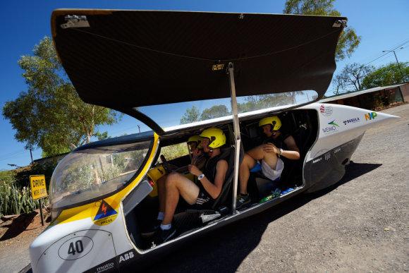 Чем не семейный автомобиль? Пусть даже это и прототип, но движется он исключительно за счёт солнечного света