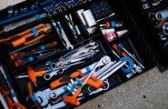 Весь набор инструментов для ремонта электромобиля