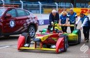 Берлин 2015, ePrix8. Лукаса ди Грасси толкают в боксы после того, как его машина сломалась сразу полсе победы
