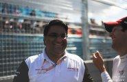 ePrix9 Москва, босс Махиндры Дильбаг Джилл смеется вместе с Сенной