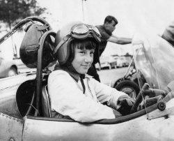 Дезире Уилсон (ЮАР). Побывала на одном ГП в 1980 году, выступала за команду Williams, но не смогла квалифицироваться. Четвертая женщина в Ф1.