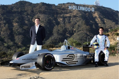 Демонстрация электрического болида Формула E в Голливуде. Рядом с гонщиком мэр Лос-Анжелеса.