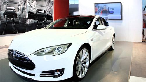 Электромобиль Tesla Model S - характеристики скромнее, чем у будущей Формулы E, однако это серийный и доступный вариант транспортного средства.
