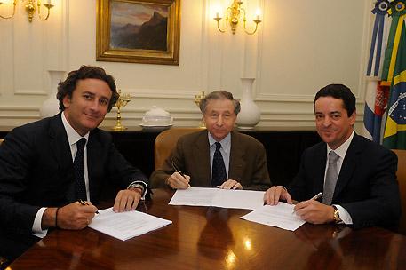 Президент ФИА Жан Тодт (в центре), Алехандро Агаг - руководитель серии Формула E (слева), и владелец коммерческих прав Энрике Бануэлос (справа).