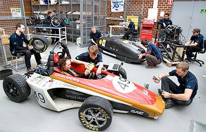 Студенты Чалмерса работает над автомобилем Formula Student 2009 года. Работа проходит в Курсовой Лаборатории на кафедре прикладной механики.