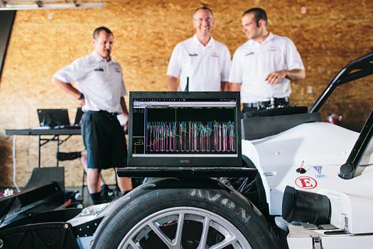 Инженеры-диагносты постоянно следят за данными об автомобиле, вплоть до давления в тормозной системе и температуры батарей.