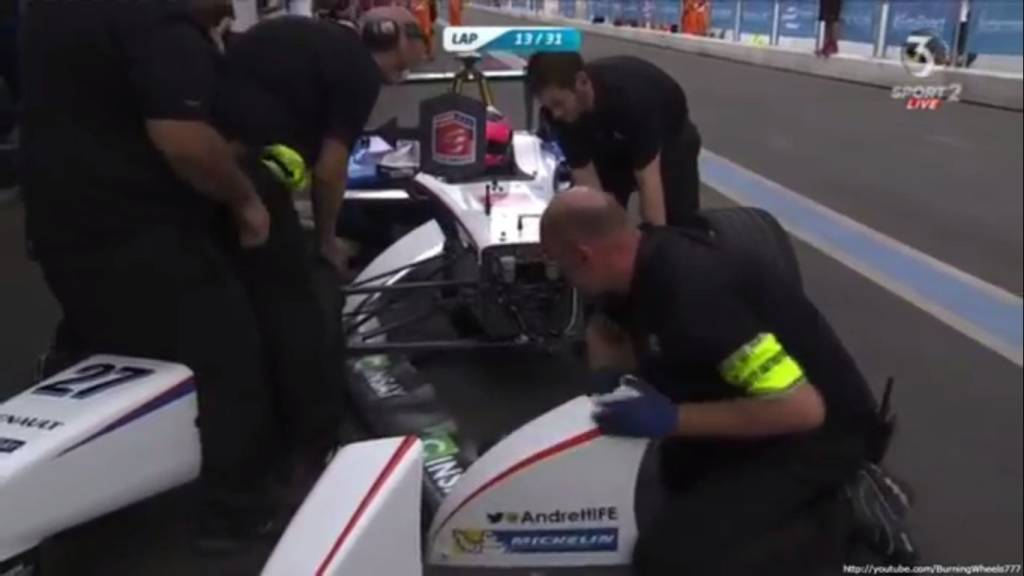Механики меняют крыло на машине Франка Монтаньи