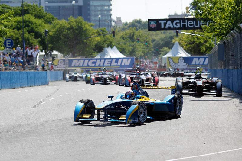 Себастьян Буэми лидирует в гонке