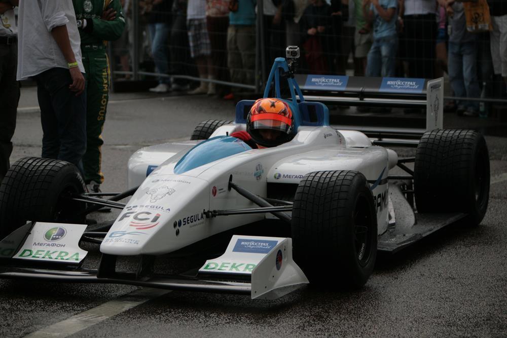 Предшественник нынешних гоночных электроболидов класса Формула Е. Болид EF01 FormulEC на автошоу Moscow City Racing в 2011 году.
