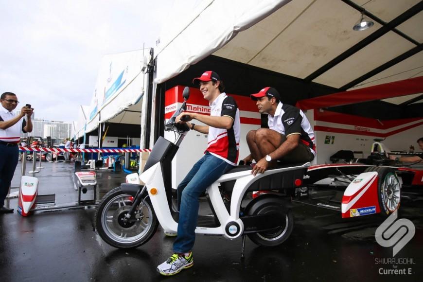 Так развлекаются гонщики перед Э-при Майами. Скутер - тоже болид, наверное.