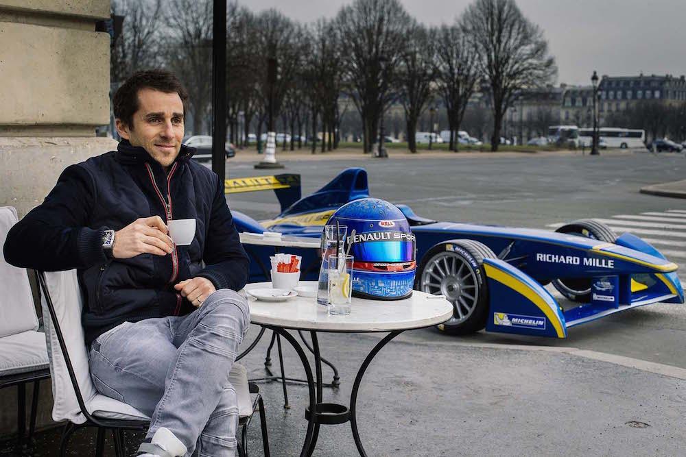 Николя Прост приехал на электромобиле e.dams-Renault позавтракать в парижском кафе