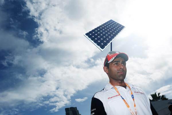 Карун Чандхок испытывает солнечные батареи